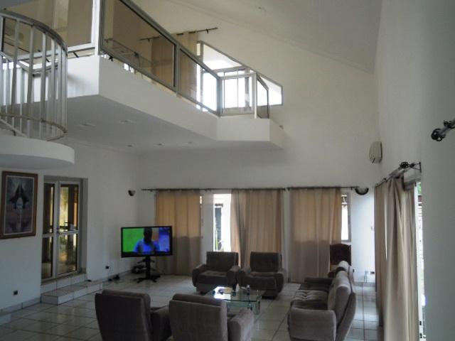 A louer villa meubl e de prestige avec piscine klikam lom phillison co immobilier for Maison prestige a louer