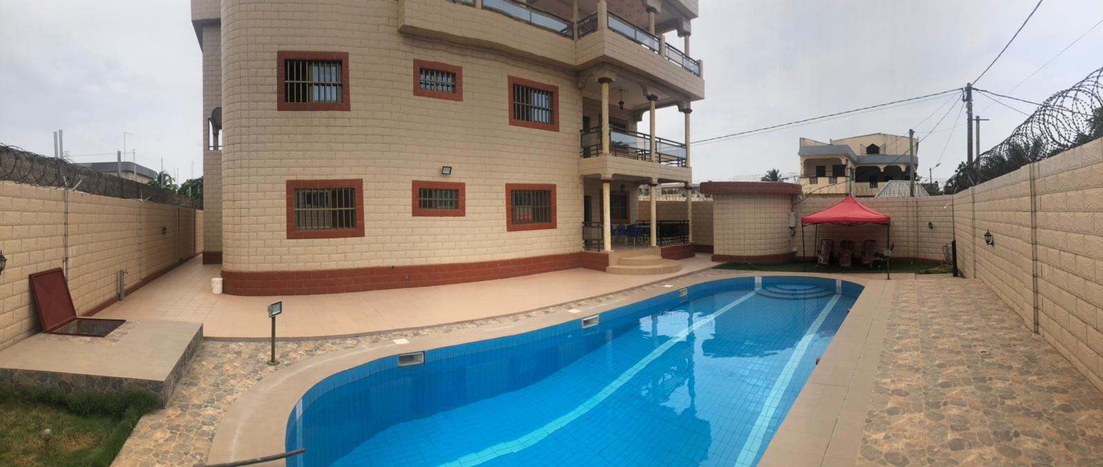 A louer: Villa de standind meublée à piscine, Léo 2000.