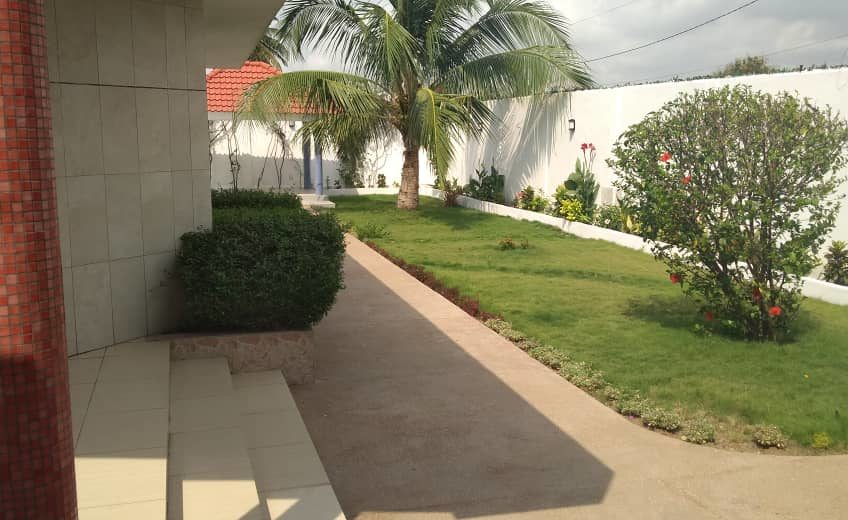 A vendre: Villa duplex à piscine avec titre foncier, Baguida-plage.